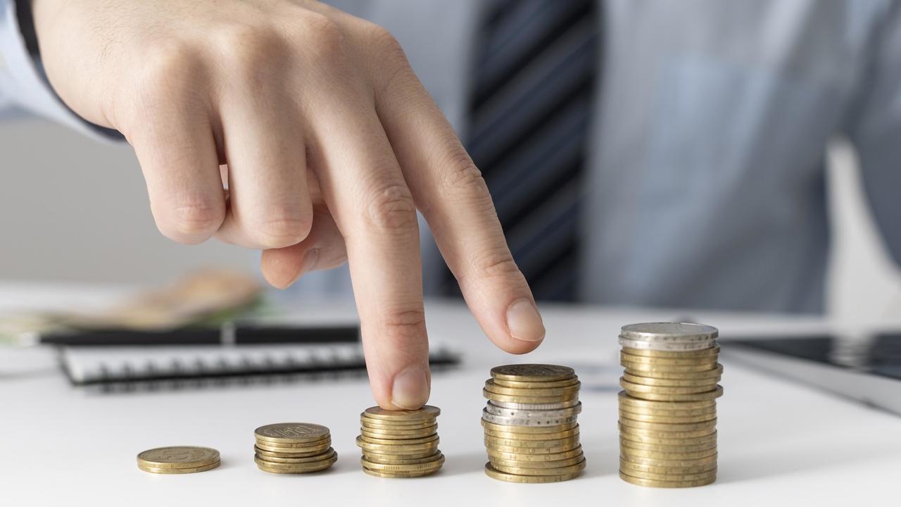 Mãos mexendo com dinheiro. Imagem simboliza aumentar o faturamento da clínica médica.