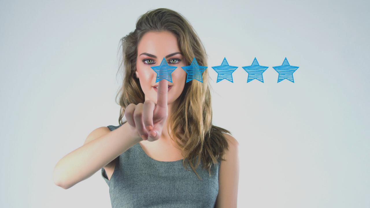 Menina avaliando estabelecimento. Imagem simboliza avaliar a experiência do paciente.