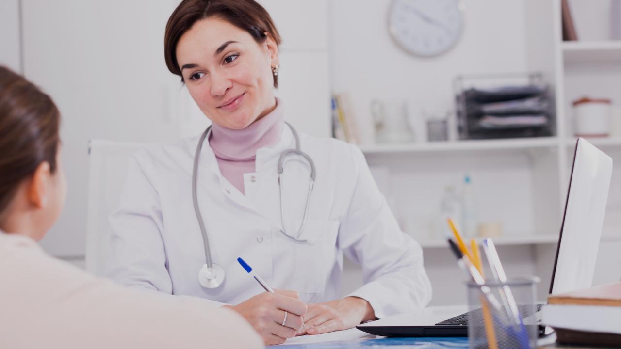 Médica e paciente. Imagem simboliza o pós-atendimento na clínica médica.