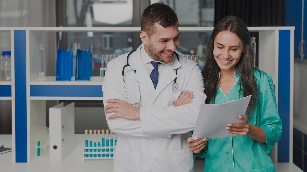 Médicos sorrindo. Imagem simboliza o trabalho de faturamento de planos de saúde feito com sucesso.