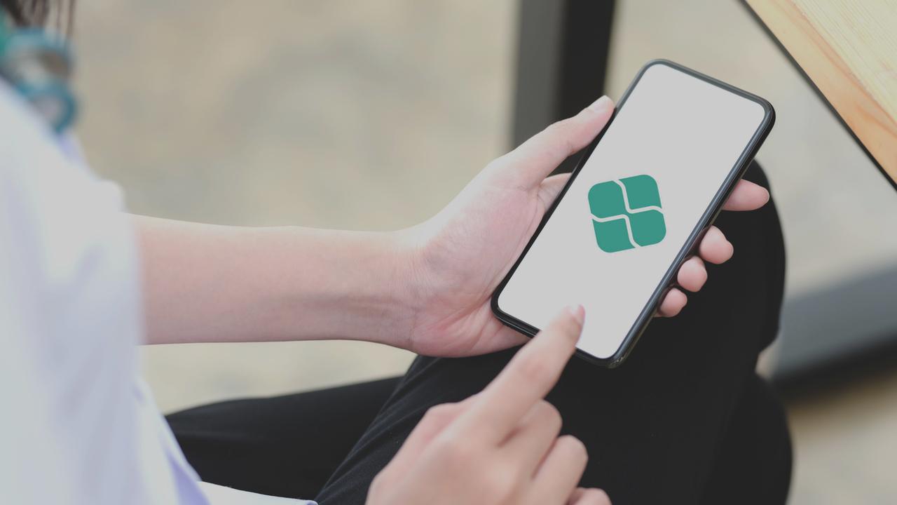 Tela de celular com símbolo do Pix. Imagem representa o uso do Pix em clínicas médicas.