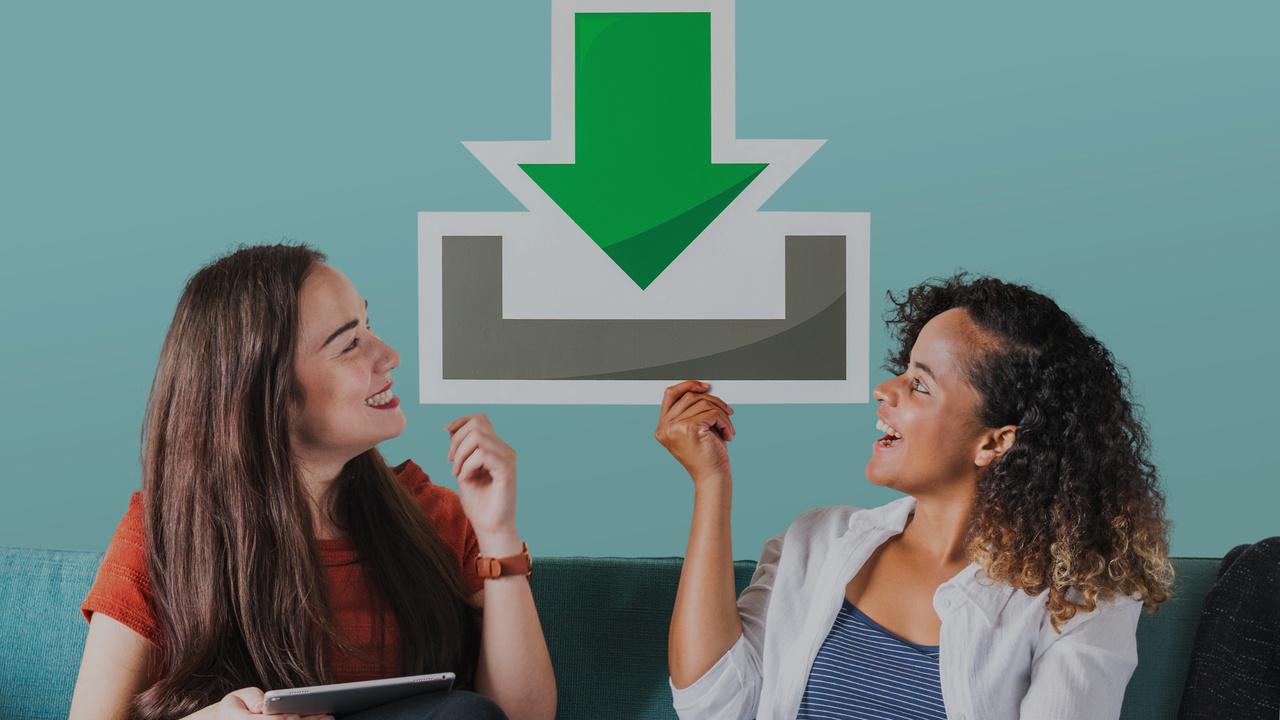 Profissionais segurando placa de download (flecha para baixo). Imagem simboliza que as profissionais irão mudar de plano no Validador TISS.