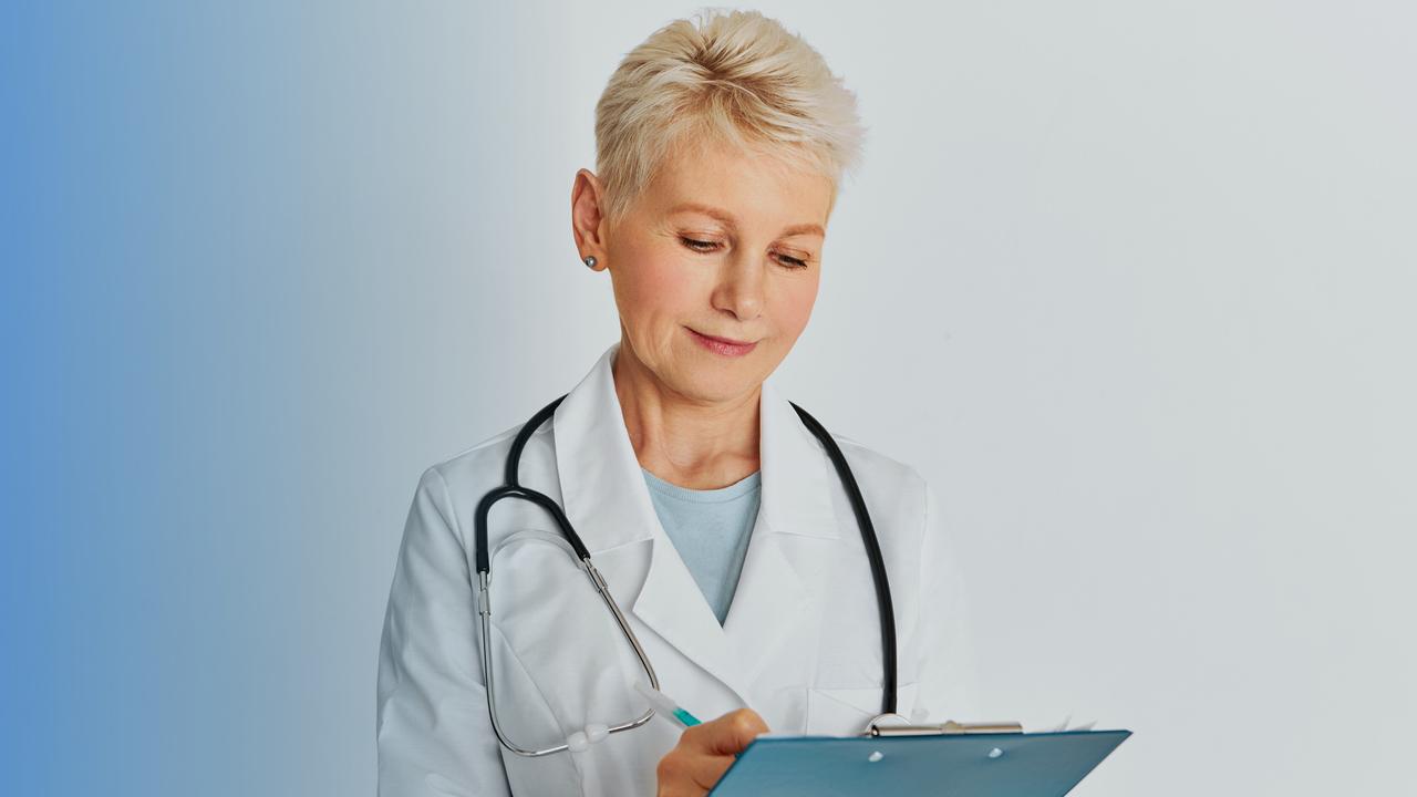 Médica preenchendo documento. Imagem simboliza que ela está preenchendo a Guia SADT.