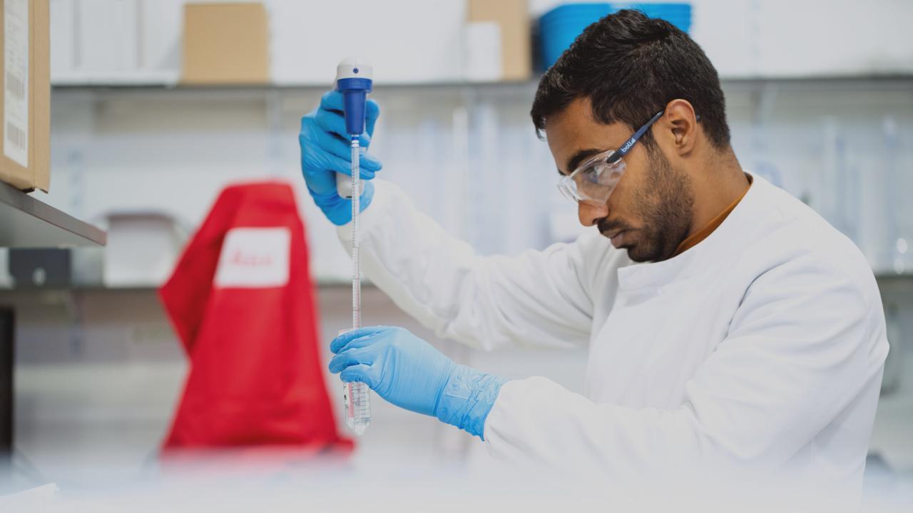 Profissional trabalhando em laboratório. Imagem representa que ele está trabalhando para melhorar a gestão financeira do laboratório.