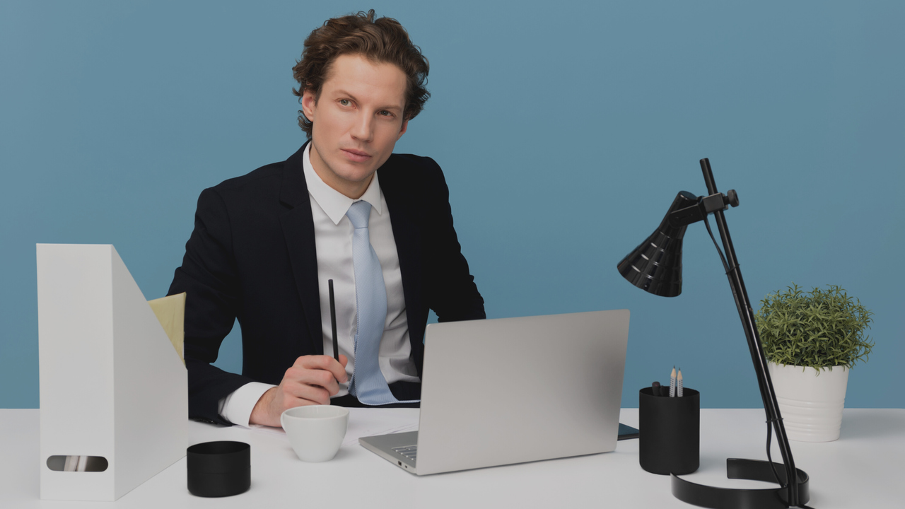 Homem em frente ao computador. Imagem simboliza que está trabalhando com a tabela Simpro em clínicas médicas.