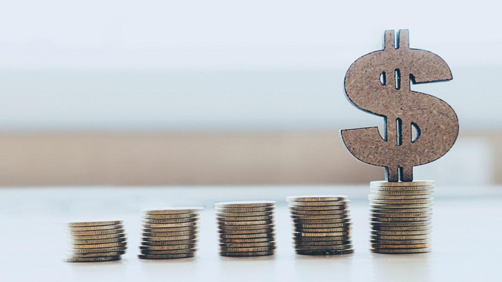 5 montes de moeda. Imagem simboliza o faturamento médico e que a reforma tributária afeta os médicos.